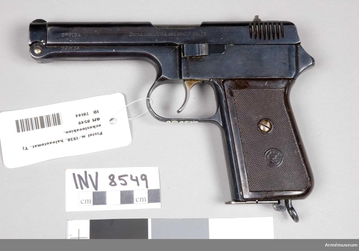 Halvautomatisk pistol med system Czech, Tjeckoslovakien. Tillverkningsnummer 288134. Handgrepp av konstmassa, märkt (CZ). Märkt (CZ) E7 lejon 39, Ceska Zbrojovka Akc. Spolvpraze.