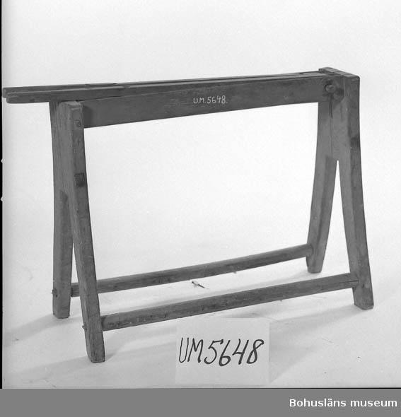 """Ur handskrivna katalogen 1957-1958: Linbråka """"H. O."""" L.: 90,5 cm. Br.: 35 cm. H.: 64 cm. Benen gjorda i par (ej i ett syycke), sammanhållna av slåar. Maskäten.  Lappkatalog: 70"""