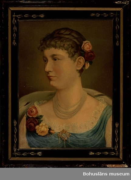 594 Landskap BOHUSLÄN  Oljetryck. Porträtt av kejsarinnan Augusta av Tyskland, gemål till kejsar Wilhelm ll av Tyskland. Ramad med träram i svart med inre guldlist. Försedd med glas med målad svart kantbård med gulddekor.