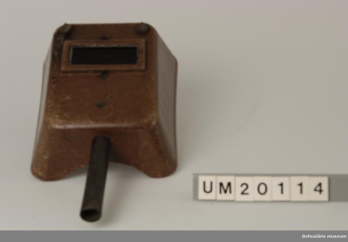 """Föremålet visas i basutställningen Uddevalla genom tiderna, Bohusläns museum, Uddevalla.  594 Landskap BOHUSLÄN  Märkt med: """"LACO"""". Sten Sörqvists arbetsnummer 8239. Det svarta handtaget är fastsatt  med en bult och mutter, i den brutna skärmen. På skärmen finns fyra gummiklossar,  2 på utsidan och 2 på insidan."""
