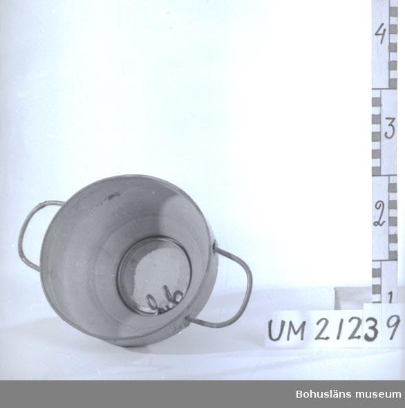 """594 Landskap BOHUSLÄN  Trattformad sil med två handtag. I plåten är det inpressat: """"LAC No 9"""".  Undertill, i den smala delen, sitter ett filter fastsatt med en bygel. Föremålet är korroderat.  Omkatalogiserat 1997-01-29 GH.  UMFF 4:10"""