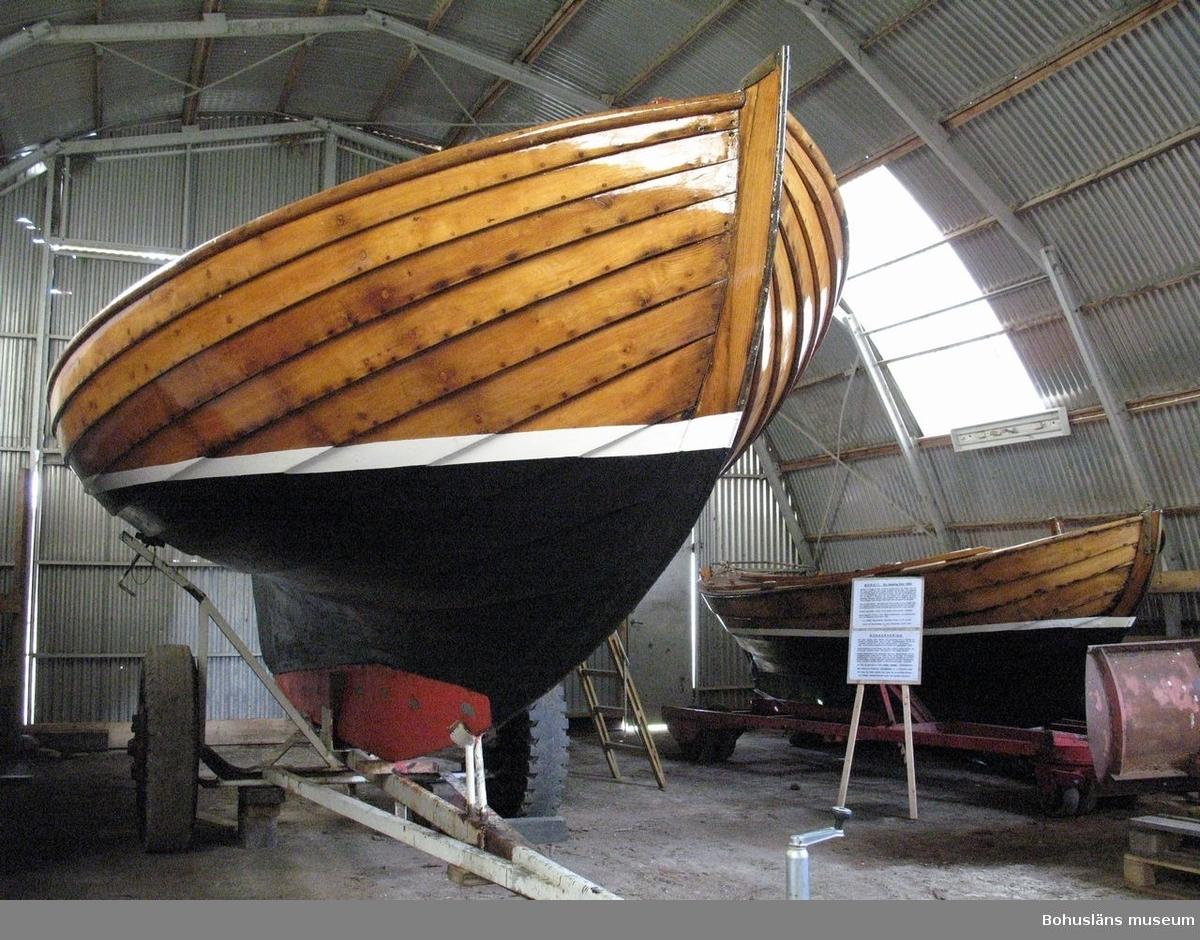 Klinkbyggd kosterbåt. lacKad, vit vattenlinje, svart bottenmålning.
