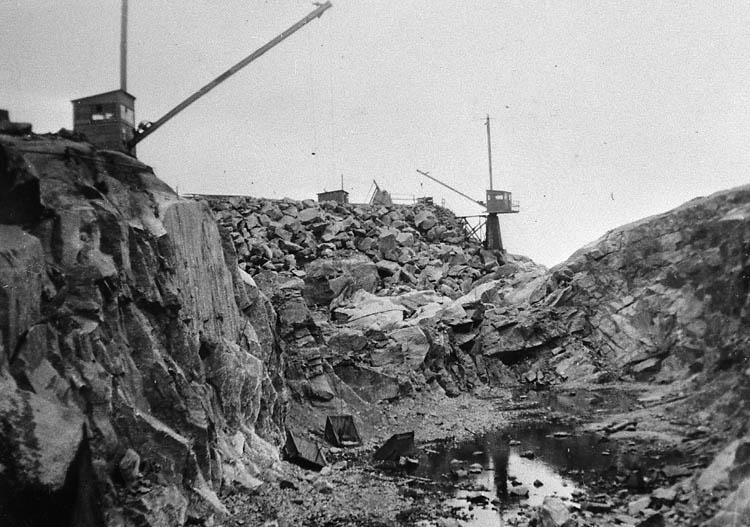 """Enl. tidigare noteringar: """"Repro av foto. Från byggandet av Sotenkanalen.  Arbetsplats där kanalen spränger genom berg.  Repro 1985 av foto tillhörande Gustav Rundberg, Bovallstrand."""