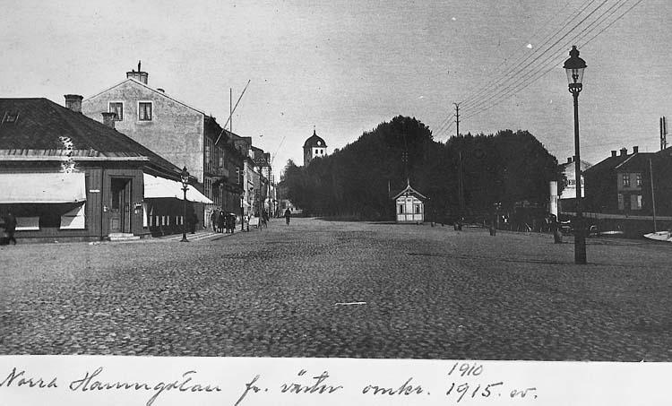 """Text på kortet: """"Norra Hamngatan fr väster omkr. 1910-1915""""."""