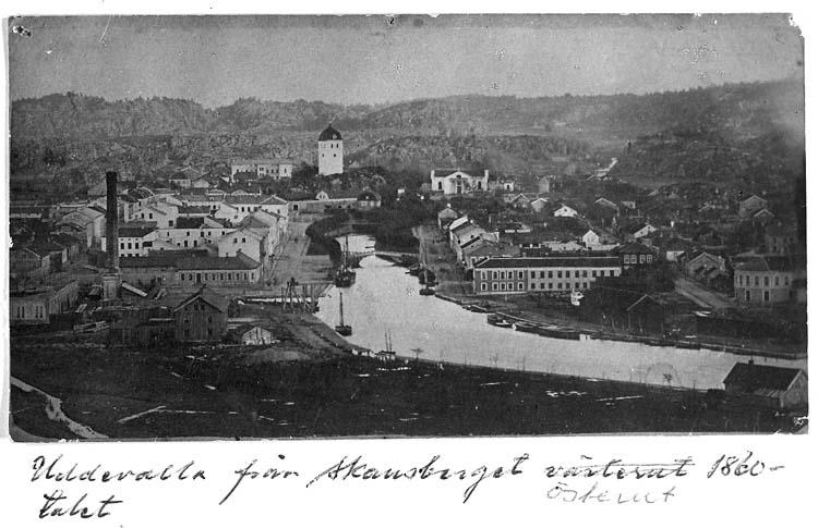 """Text på kortet: """"Uddevalla från Skansberget österut 1860-talet""""."""