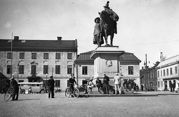 Dubbelstatyn från 1915 på Kungstorget i Uddevalla - en mötesplats