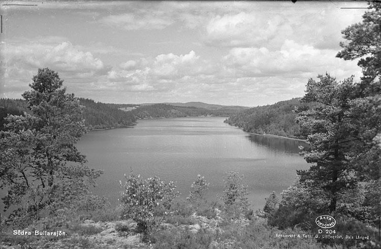 """Enligt AB Flygtrafik Bengtsfors: """"Bullaren Östad sjön norrut Bohuslän K B Gustafsson Torp"""". Enligt text på fotot: """"Södra Bullarsjön""""."""