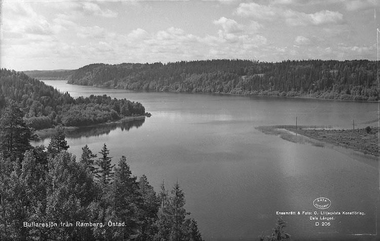 """Enligt AB Flygtrafik Bengtsfors: """"Bullaren Östad sjön Bullaren söderut Bohuslän"""". Enligt text på fotot: """"Bullaresjön från Ramberg, Östad""""."""