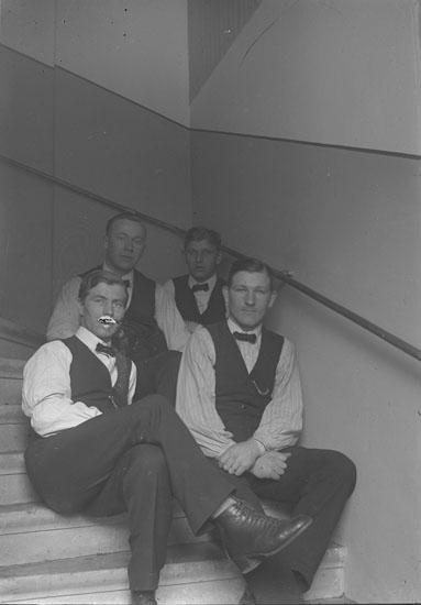 """Enl. text i blå bok: """"Fyra män i trappa."""" ::"""