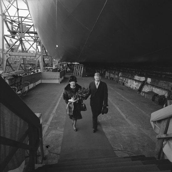 Dop och sjösättning av fartyg 214 M/T Athelregent. Uddevallavarvets dåvarande VD Johan Schreil med fartygets gudmor.
