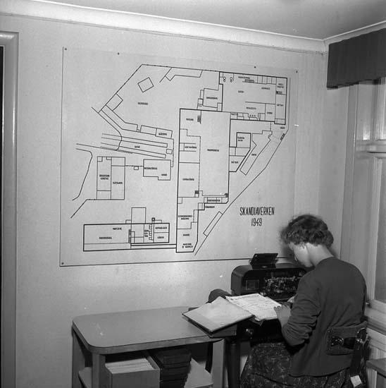 Kontorist vid Skandiaverken med karta år 1949.