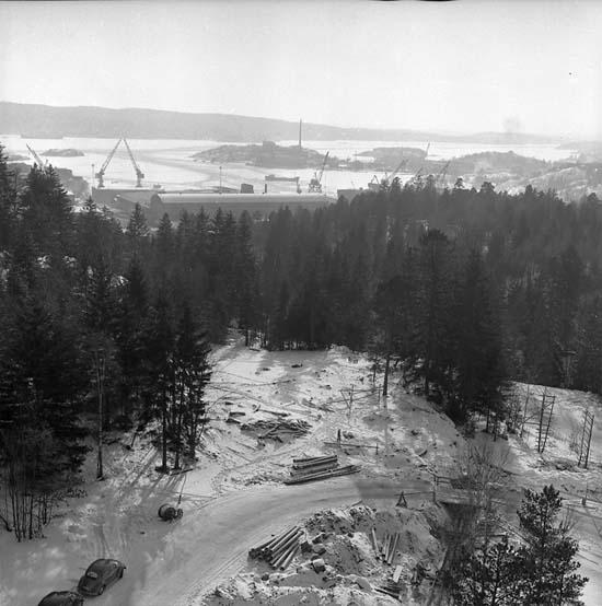 Bostadshus under uppförande. Sunnanvindsvägen 2, Skogslyckan. Fosfaten och Sörvik syns i bakgrunden.