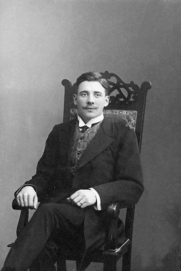 """Enligt noteringar: """"O. Backteman, 1909."""" Stämpel på framsidan: """"Atelier Svea, Karlshamn."""" Stämpel på baksidan: """"Atelier Svea, Karlshamn, Regeringsgatan 61."""""""