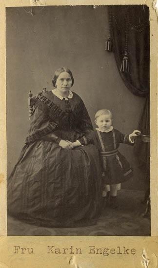 "Text på kortets baksida: ""Fru Karin Engelke, f. Sundberg. G M. Hans Engelke, Kodebacken. Sonen Anton.""."
