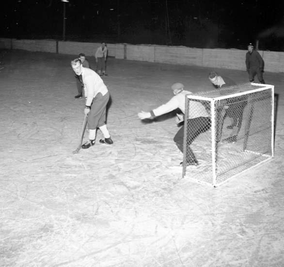 """Enligt notering: """"Ishockey d 28/1 -59""""."""