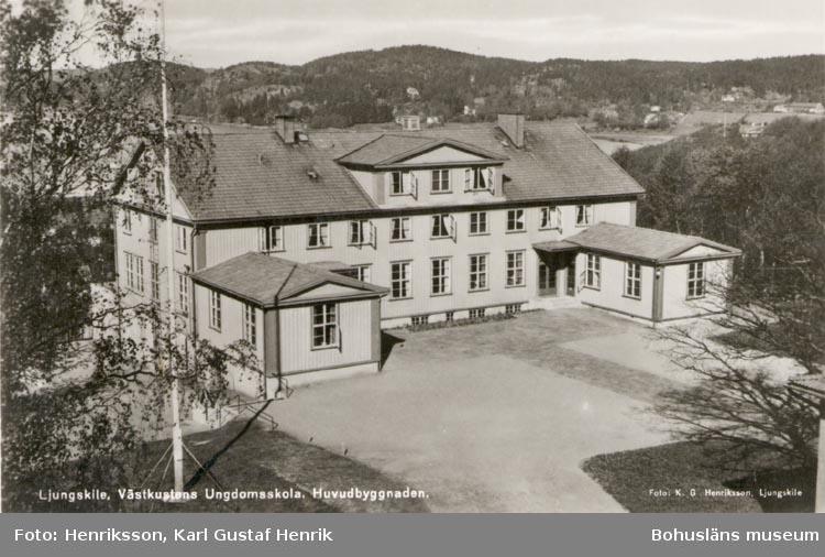 """Tryckt text på kortet: """"Ljungskile. Västkustens Ungdomsskola. Huvudbyggnaden""""."""