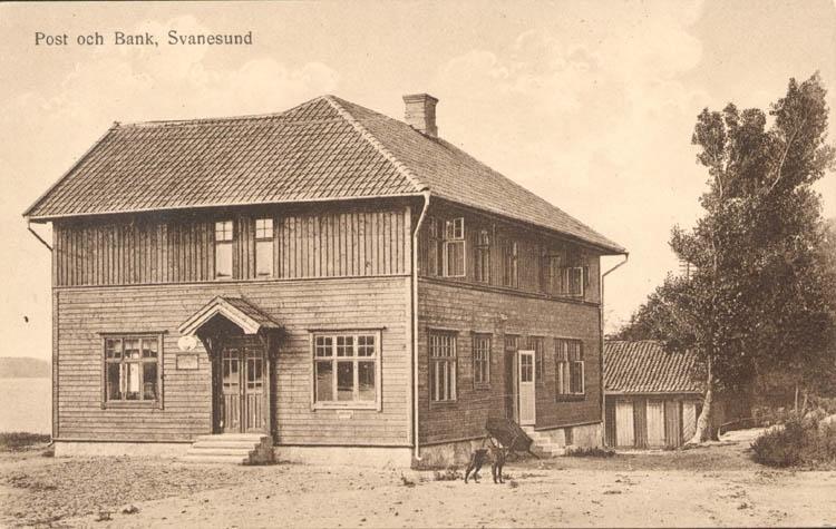 """Tryckt text på kortet: """"Post och Bank, Svanesund.""""  """"Förlag Axel Johansson, Svanesund."""""""