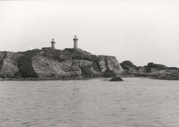 """Noterat på kortet: """"Ursholmarna."""" """"Foto (F10) Dan Samuelsson 1924. Köpt av dens. dec. 1958."""""""