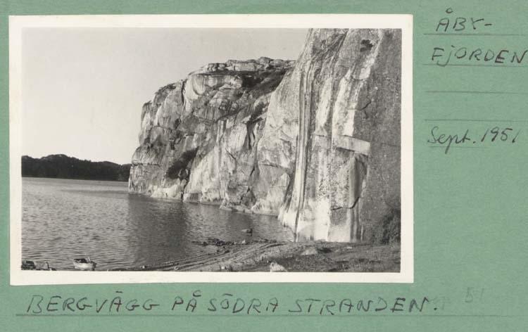 """Noterar på kortet: """"Åbyfjorden."""" """"Bergvägg på södra stranden."""""""