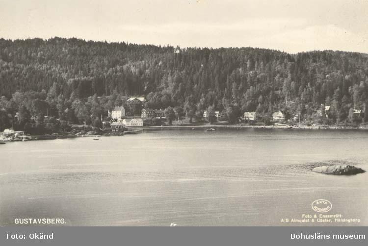 """Tryckt text på kortet: """"Gustafsberg."""" """"Foto & Ensamrätt: A/B Almqvist & Cöster, Hälsingborg."""" """"Förlag: Helsings Pappershandel, Uddevalla."""""""