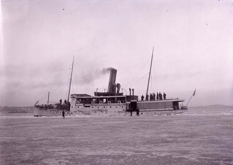 """Enligt text som medföljde bilden: """"Marstrand i isen Mars 1917."""" ::"""