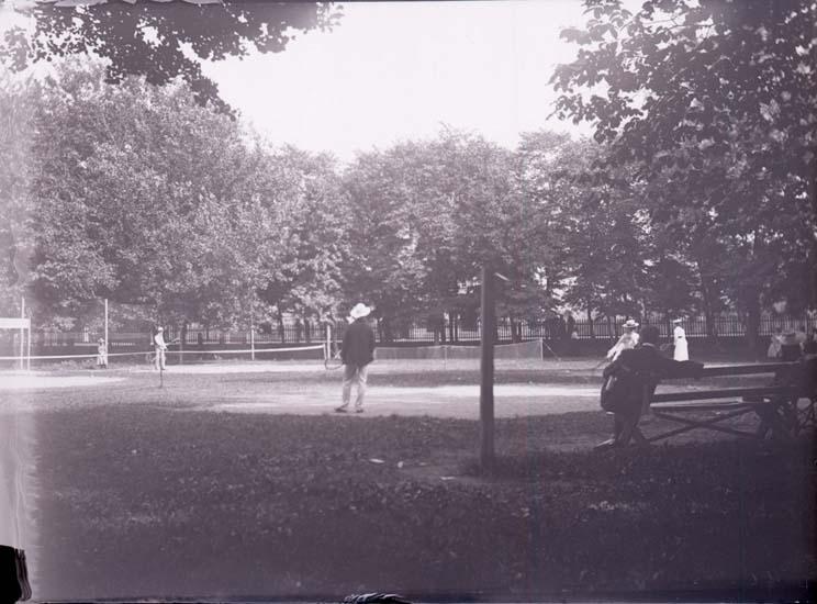 """Enligt text som medföljde bilden: """"Lawntennis i parken 11/8 1901."""" ::"""