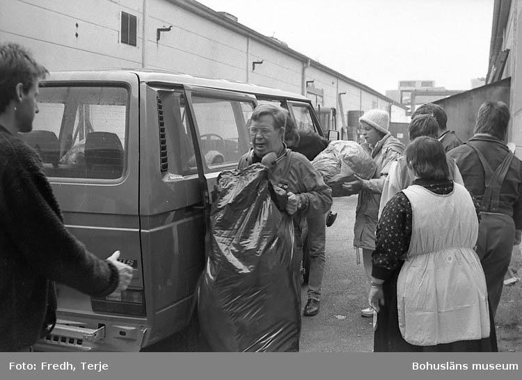 """Enligt fotografens notering: """"Utvecklingsstörda i Lysekil 1992. Arbetar för Emmanus med sortering av kläder""""."""
