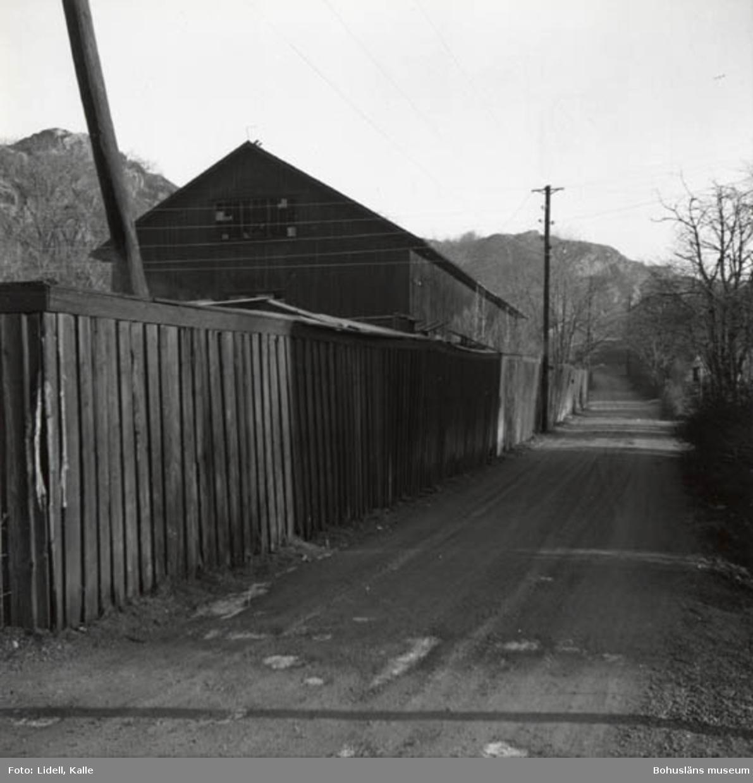 """Enligt fotografens bildlista: """"Samnerödsvägen från järnvägen mot Kämpegatan. Till vänster ser vi planket mot """"Sibirien""""."""