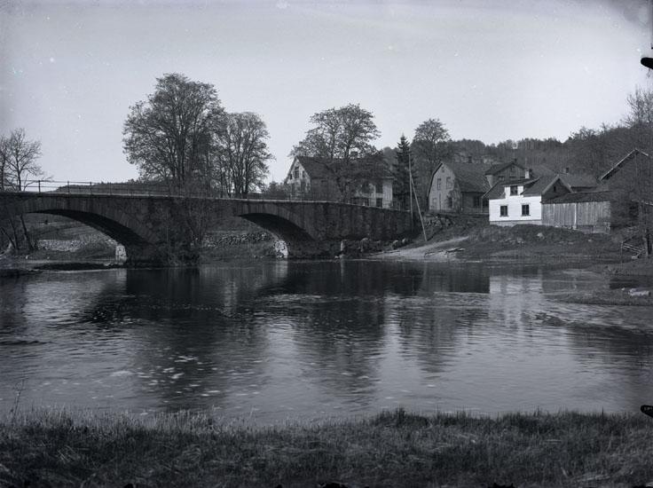 """""""Kvistrumsbron den gamla omkring år 1932. Det gamla Tingshuset som synes delvis.""""  """"Kvistrumsbron. Kvistrumsälven. Huset till vänster är Winbladshuset. Det lilla huset vid älven är tvättstuga med mangelbod."""""""