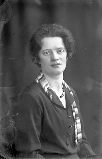 """Enligt fotografens journal nr 4 1918-1922: """"Steen Ulla, Ön""""."""