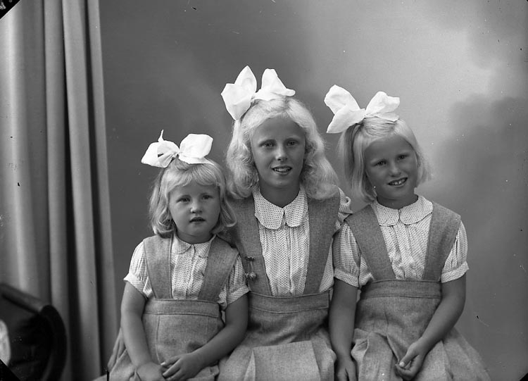 "Enligt fotografens journal nr 7 1944-1950: ""Svensson, Fru Brita Uppegård Stenungsund""."