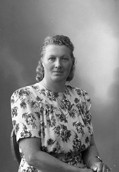 "Enligt fotografens journal nr 7 1944-1950: ""Martinsson, Fru Ödsmål""."