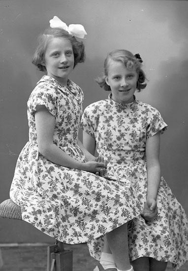 "Enligt fotografens journal nr 8 1951-1957: ""Strandberg, Vera o Siv Stenungsund""."