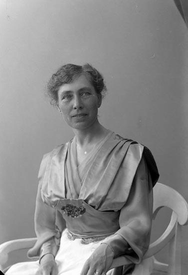 """Enligt fotografens journal nr 4 1918-1922: """"Halldin, Fröken Alma Göteborg""""."""