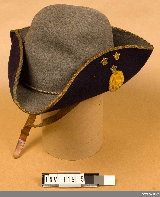 Hatt för officer med 4 cm gul sidenkokard m/1906.