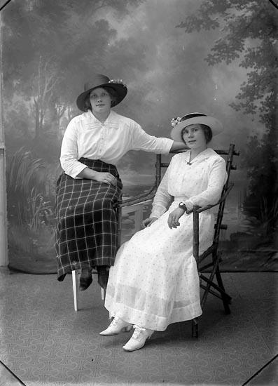 """Enligt fotografens journal Lyckorna 1909-1918: """"Johansson, Lina Anfasteröd Ljungskile""""."""