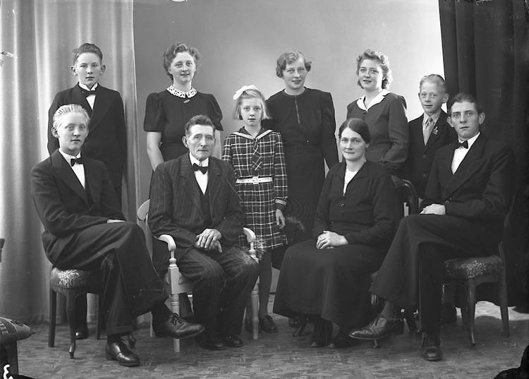 """Enligt fotografens journal nr 6 1930-1943: """"Johansson, Herr Emil Källsby Jörlanda""""."""