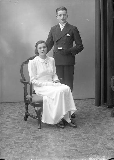 "Enligt fotografens journal nr 6 1930-1943: ""Ivarsson, Henrik o Inger, Pilgården Här""."
