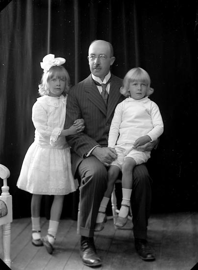 """Enligt fotografens journal nr 2 1909-1915: """"Flack, Herr Föreningsgatan 34 m. barn Gbg""""."""