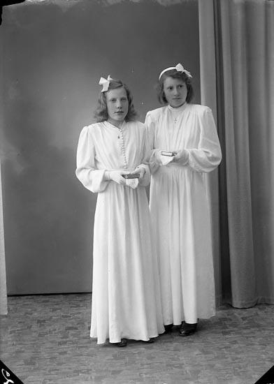 """Enligt fotografens journal nr 7 1944-1950: """"Karlsson, Maj Korsgård Ödsmål"""".  Enligt fotografens notering: """"Ingrid Oskarsson och Maj Karlsson Korsgård Ödsmål""""."""