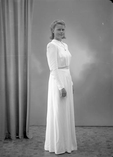 """Enligt fotografens journal nr 7 1944-1950: """"Grahl, Fr. Eva Stenungsön""""."""