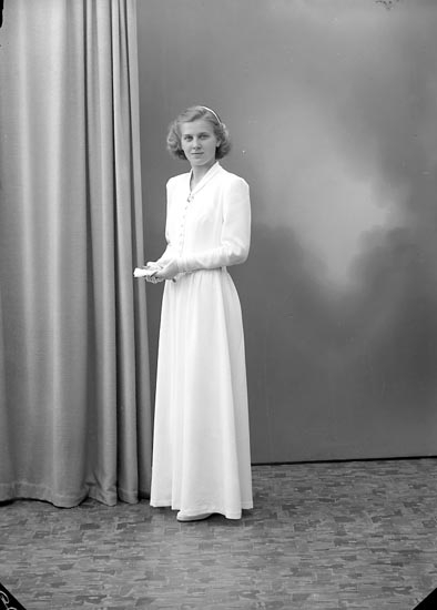 "Enligt fotografens journal nr 7 1944-1950: ""Hermansson, Brita Hellesdalen, Svenshögen""."