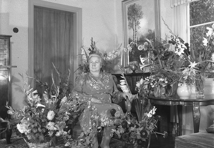 """Enligt fotografens journal nr 7 1944-1950: """"Olsson, Fru Anna S. Vägen Här 60 årsdag""""."""