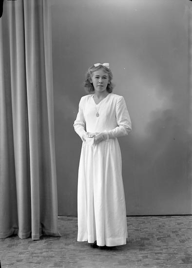 "Enligt fotografens journal nr 7 1944-1950: ""Berntsson, Gudrun Burås, Svanesund""."