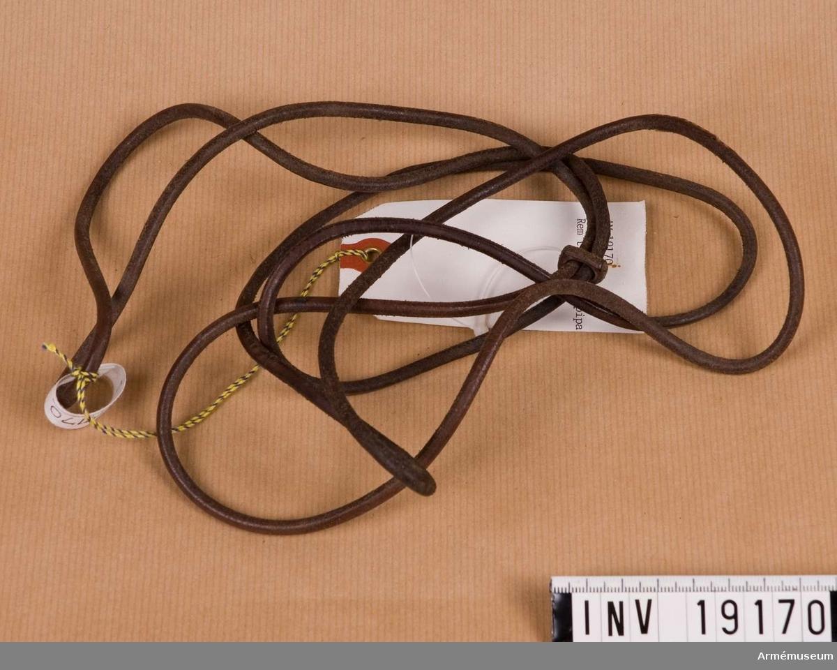 Samhörande nr är: 19161-76, rockar, kappa, m m personlig utrustninsg. En rundad ihopskarvad rem som löper dubbel genom en sölja.