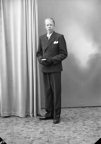 """Enligt fotografens journal nr 7 1944-1950: """"Hermansson, Göran Berg Ödsmål""""."""