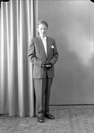 """Enligt fotografens journal nr 8 1951-1957: """"Johansson, Valdemar Bua, Svenshögen""""."""