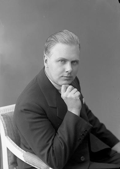 """Enligt fotografens journal nr 6 1930-1943: """"Lindqvist, Herr Einar Här""""."""