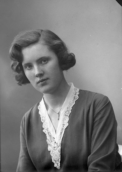 """Enligt fotografens journal nr 6 1930-1943: """"Johansson, Helfrid Kyrkenorum, Här""""."""