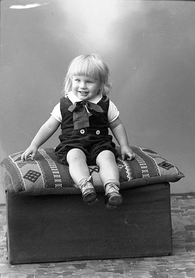 "Enligt fotografens journal nr 6 1930-1943: ""Andersson, Herr Oskar, Strandnorum Stenungsund""."